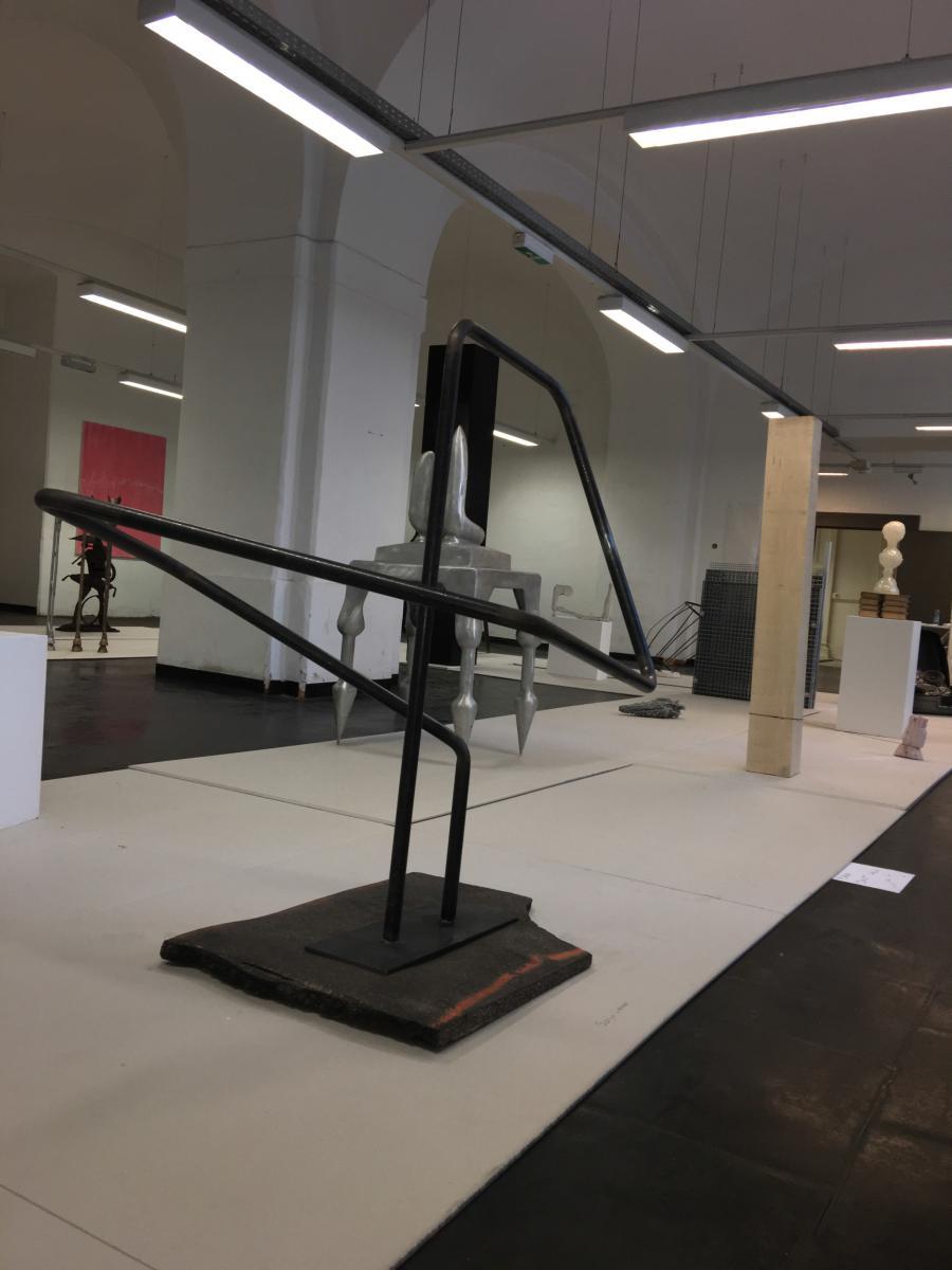 Sonja Leimer | Platzhalter | 2015 | Asphalt und Stahl Asphalt 88 x 65 x 3 cm Stahlrohr 133 x 97 x 125 cm