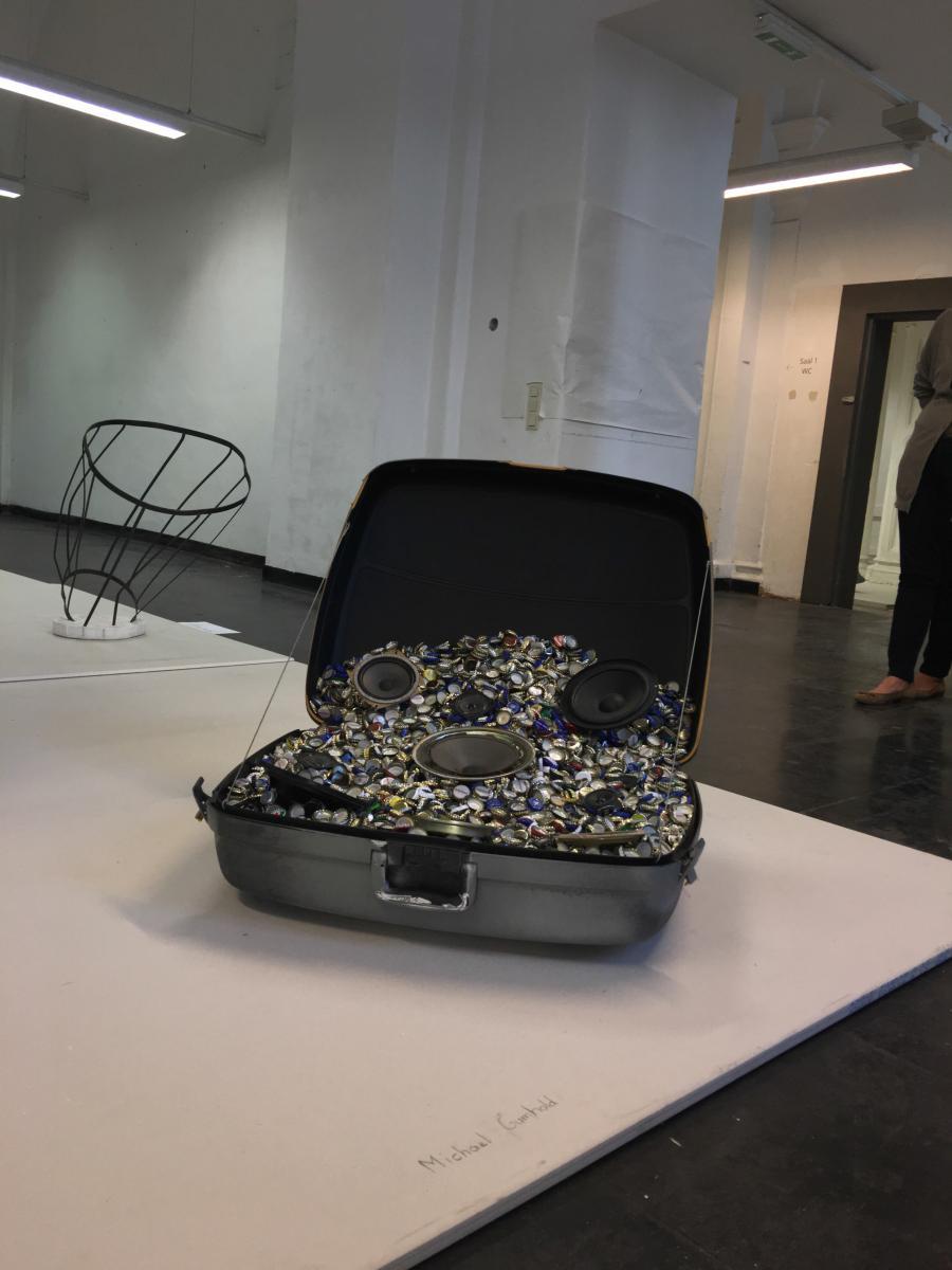 Michael Gumhold   Drowned-Drone Suitcase   2016   Flaschenverschlüsse, Koffer, Lautsprecher 73 x 90 x 77 cm   Courtesy Galerie Kargl, Wien